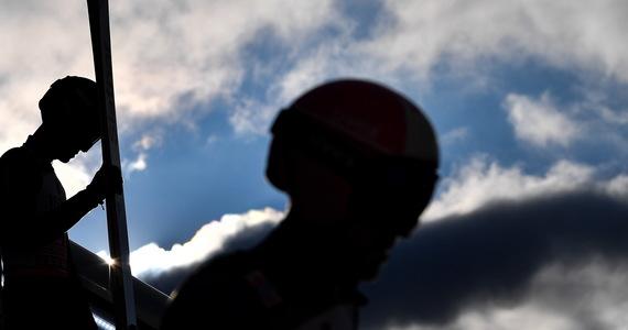 Niebezpieczna sytuacja podczas treningu w Oberstdorfie. Polski skoczek Jakub Wolny miał kłopoty podczas pierwszego skoku treningowego – w trakcie lotu wypięła mu się narta. Na szczęście, udało mu się bezpiecznie wylądować.