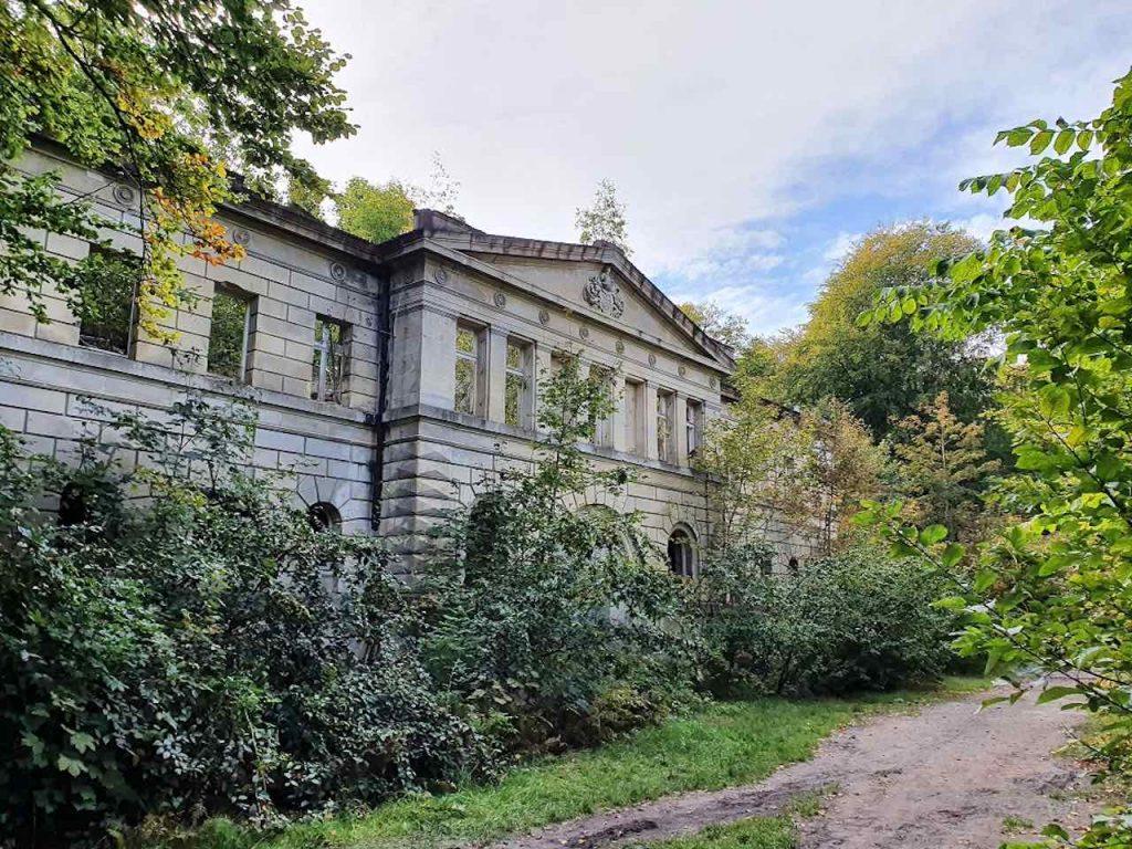 Zugewachsene Fassade eines ehemaligen Schlosses, die German Propety Group gekauft hat.