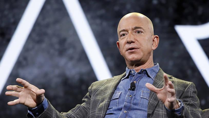 Aus dem Bücher-Versand ins Weltall: Jeff Bezos gibt am Montag die Leitung von Amazon ab - er hatte das Unternehmen vor 27 Jahren als Bücher-Versand gegründet. Sein nächstes Ziel - das Weltall: Am 20. Juli will er mit seinem Raumfahrtunternehmen Blue…