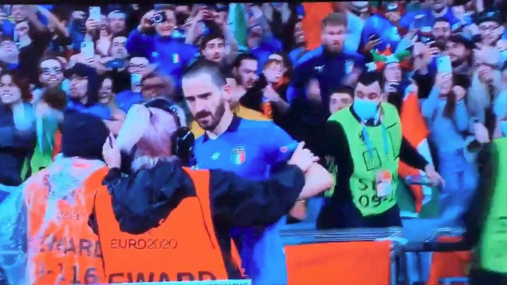 Ft!  Bonucci was happy with the fans.  Suddenly an air attendant stepped into action