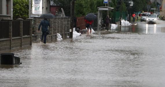 Ulewne opady deszczu w Krakowie, a także okolicznych miejscowościach. Strażacy w ostatnich godzinach wyjechali do ponad tysiąca zgłoszeń i ciągle otrzymują kolejne. Najgorsza sytuacja panuje na Bieżanowie, gdzie woda przelała się przez korony wałów przeciwpowodziowych i zalała część ulic.
