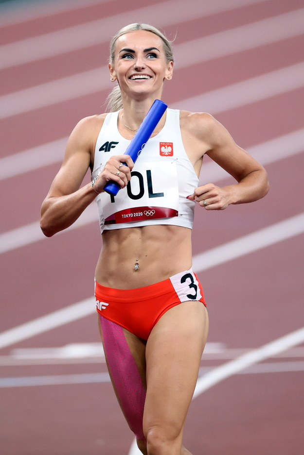 Justina Święty-Erzetic wins semifinal 4x400m relay at Olympic Stadium / Lesek Simaski / BAP