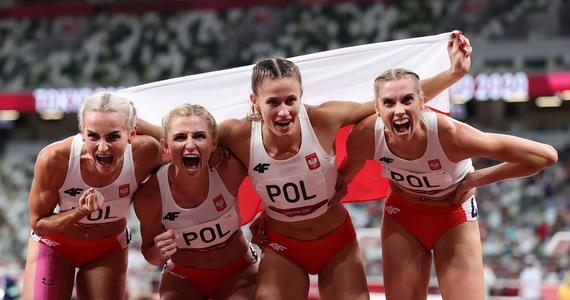 Sztafeta 4x400 m kobiet zdobyła srebrny medal w Tokio. Polki pobiegły w składzie: Natalia Kaczmarek, Iga Baumgart-Witan, Małgorzata Hołub-Kowalik i Justyna Święty-Ersetic. Złoto zdobyły niedoścignione Amerykanki.
