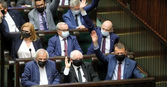 Sejm przyjął w środę ustawę o podwyżkach wynagrodzeń dla zajmujących kierownicze stanowiska państwowe. Za ustawą głosowało 267 posłów, przeciw było 166, wstrzymało się 20. Za był PiS, KP oraz Polskie Sprawy; przeciw - KO, Konfederacja i Polska 2050. Głosy Lewicy i Kukiz