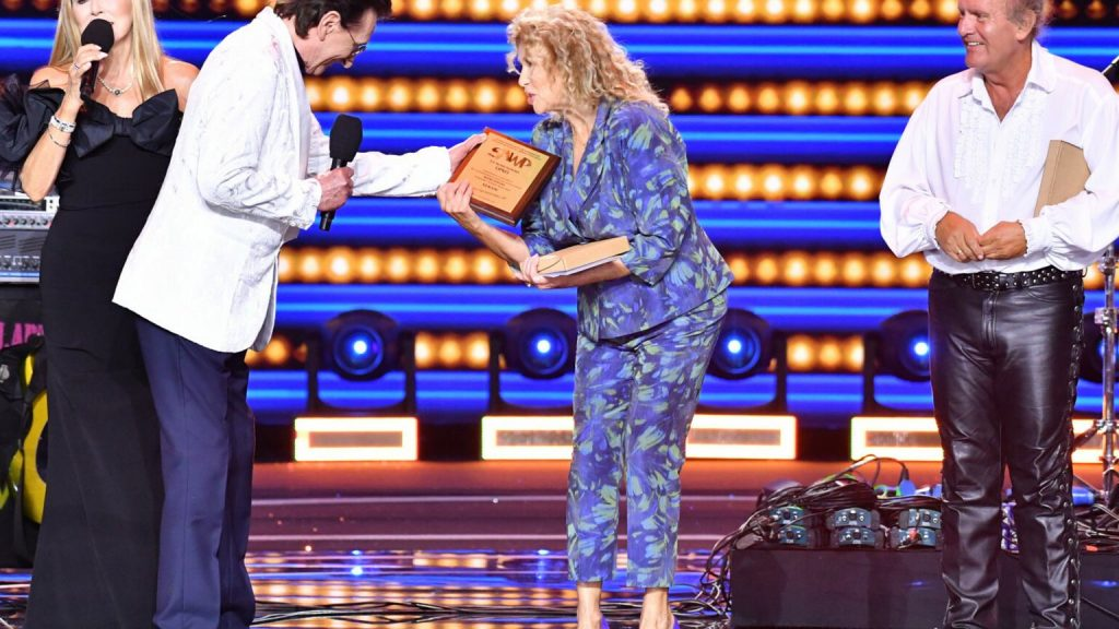"""Sopot TOP of the TOP Festival.  Budka Suflera and stars pay tribute to Romult Lipka, whose wife receives the award.  """"Please forgive my feelings"""""""