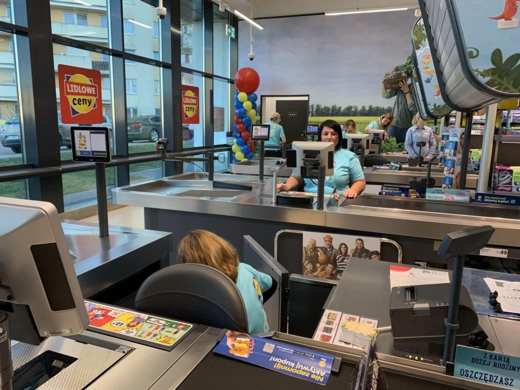 """Work for 500 people all over Poland.  From September 1, Lidl is offering """"Job for Years"""", applications from today - August 23. What is the salary and what are the benefits?"""