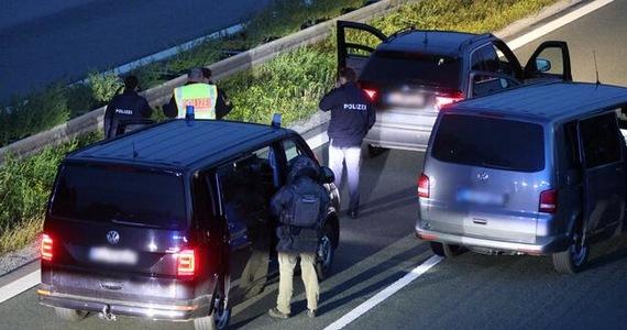 Uzbrojony osobnik wziął zakładników w autokarze na autostradzie A9 między Hilpoltstein a Greding w południowych Niemczech. Do tego zdarzenia miało dojść po godzinie 17:00. Wieczorem napastnik był już w rękach policji.